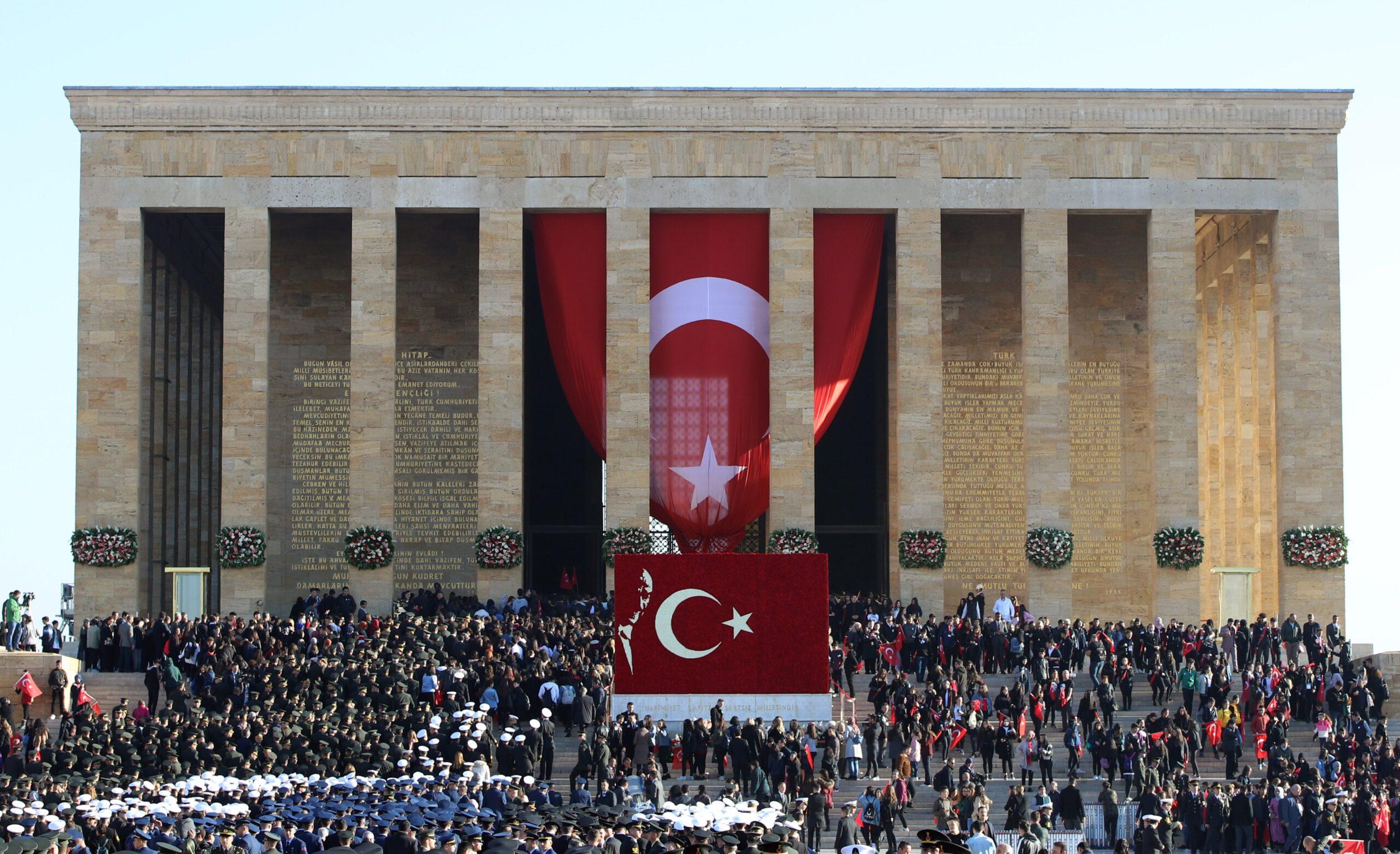 Aziz Atatürk'ü, manevi huzurunda saygıyla, rahmetle, minnetle anıyoruz