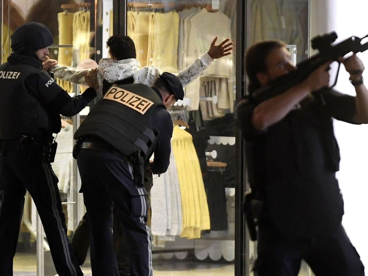 Avusturya'nın başkenti Viyana sokaklarında terör dehşeti yaşandı