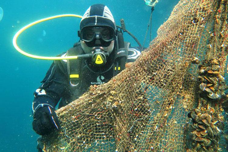 Denizlerimizde 2020'de 10 bin metrekare büyüklüğünde av aracı sulardan çıkarıldı